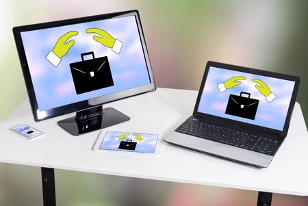 Concetto di assicurazione per la perdita del lavoro mostrato su diversi dispositivi informatici