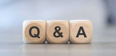 Q & A, questions and answers on wooden cubes Standard-Bild