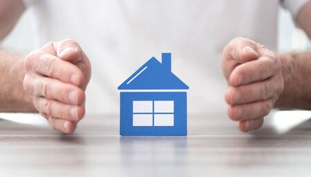 House protected by hands - Concept of home insurance Foto de archivo - 132022362