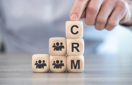 Concept de CRM sur des blocs de bois