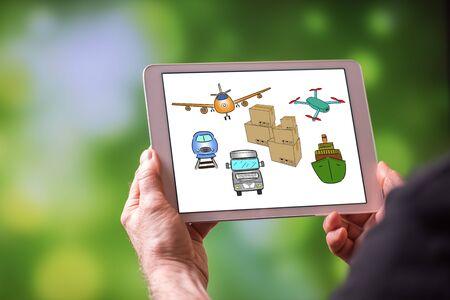 Uomo che tiene un tablet che mostra il concetto di trasporto Archivio Fotografico