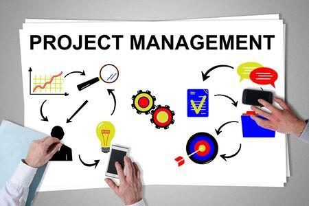 Concepto de gestión de proyectos colocado en un escritorio con las manos usando teléfonos inteligentes Foto de archivo