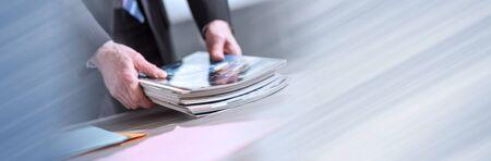 Mani degli scomparti della tenuta dell'uomo d'affari; banner panoramico