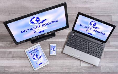 Flugticketbuchungskonzept auf verschiedenen informationstechnischen Geräten gezeigt Standard-Bild