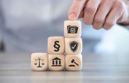 Concept of compliance with icons on wooden cubes Banque d'images