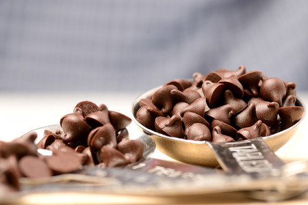 Donkere chocolade chips op tafel lepel