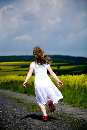 kleine meisjes lopen en rangschikken de velden