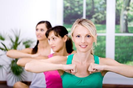 giovani donne alla formazione di aerobica in palestra Archivio Fotografico - 9421556