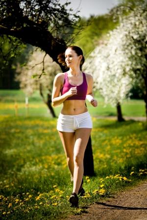 cross country: Una mujer correr delante de cross country