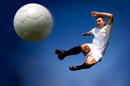 jugadores de futbol: jugador de f�tbol o f�tbol en el campo Foto de archivo