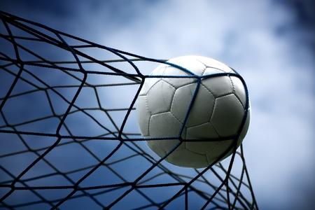 pelota de futbol: un bal�n de f�tbol en el objetivo