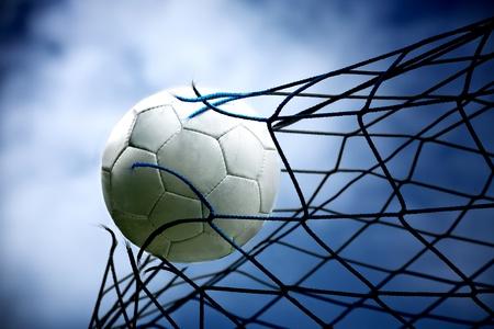 een voetbal in het doel Stockfoto