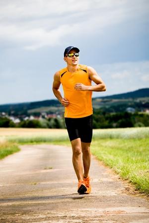 natur: man jogging through the fields