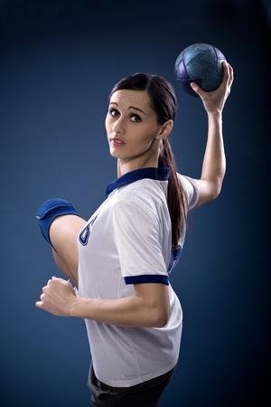 pallamano: giocatore di pallamano femminile con una palla
