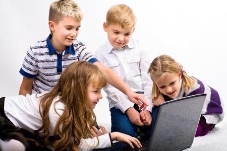 schoolkinderen werken op de laptop