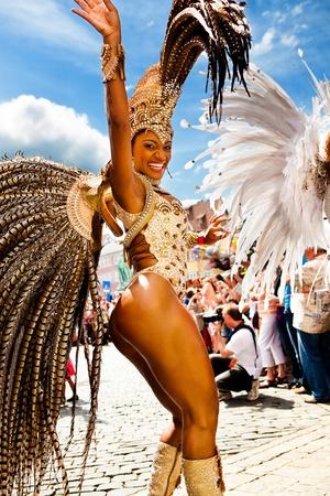 Cobourg, Allemagne - 10 juillet : Une danseuse de samba femelles non identifiés participe au festival annuel de samba à Cobourg, en Allemagne le 10 juillet 2011. Éditoriale