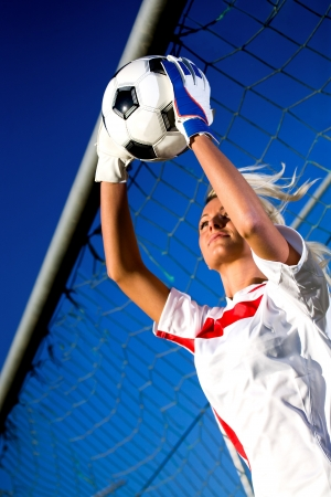 arquero: manos de porteros sosteniendo un balón de fútbol Foto de archivo