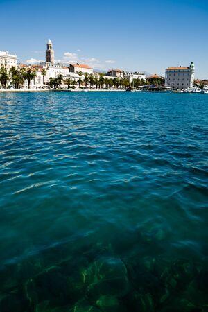クロアチアはアドリア海沿岸の町を分割します。