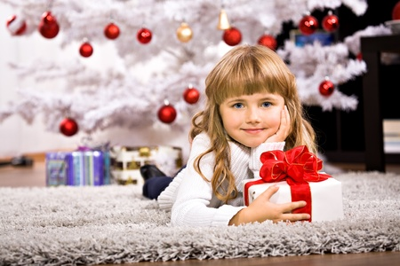 a little girl geting the Christmas gift Imagens