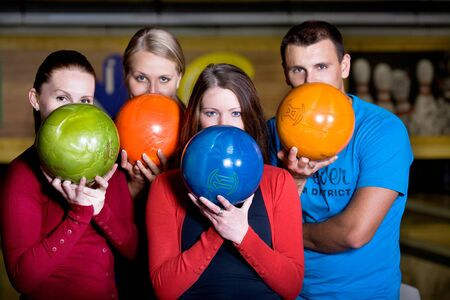 boliche: a young woman playing bowling Imagens