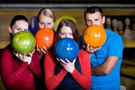 bolos: una mujer joven jugando bowling Foto de archivo