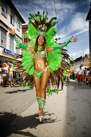carnaval: Coburg, Duitsland - 11 juli: Een onbekend vrouwelijke samba danseres neemt deel aan de jaarlijkse samba festival in Coburg, Duitsland op 11 juli 2010.