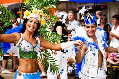 unidentified: Coburg, Alemania - 10 de julio: no identificados bailarines de samba participa en el festival anual de samba en Coburg, Alemania el 10 de julio de 2011. Editorial