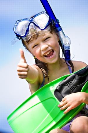 一个带着脚蹼浮潜的小女孩的肖像
