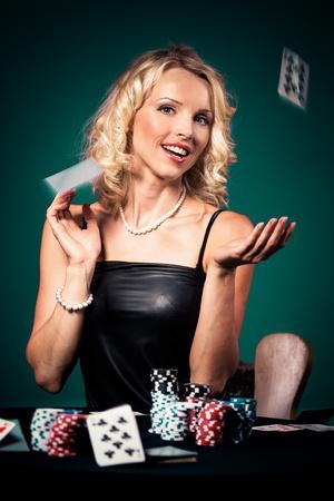 fichas de casino: una mujer joven a jugar al poker