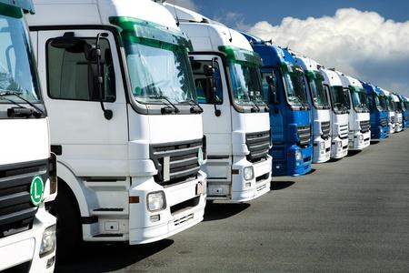 parked: Een lijn van vrachtwagens in de parkeergarage Stockfoto