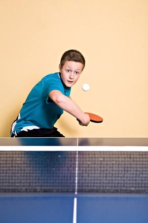 tischtennis: ein Junge Tischtennis spielen