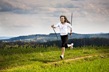 una mujer joven que hace nordic walking. disparar al aire libre. Foto de archivo