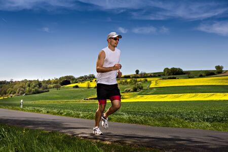 hombres corriendo: un hombre joven corriendo por los campos