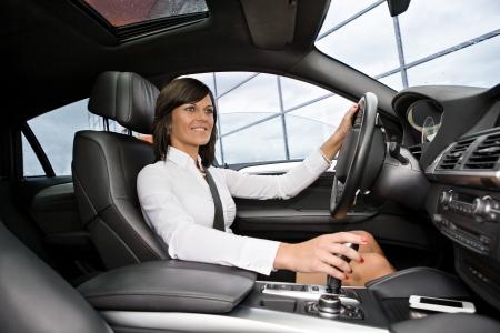 conducci�n: una mujer joven conduce un coche Foto de archivo