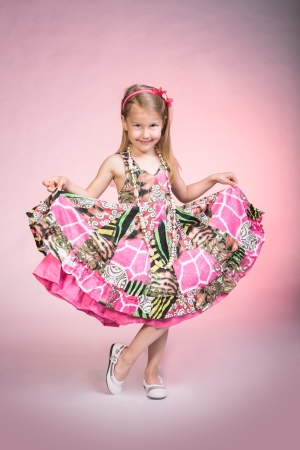 무대에 패션 모델로 젊은 여자의 초상화 스톡 콘텐츠