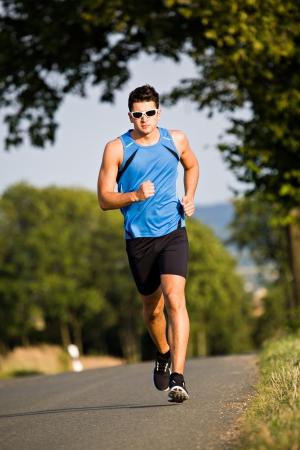 hacer footing: Un hombre jogging campo traviesa Foto de archivo