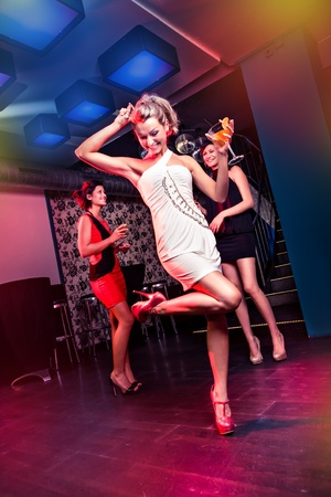 group of young women on the dancefloor Imagens - 15412162