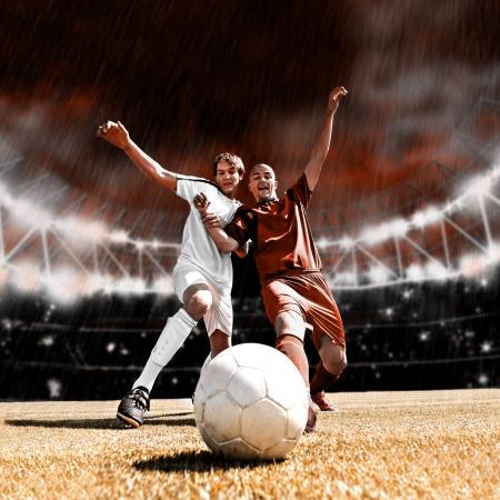 uniforme de futbol: dos jugadores de f?tbol de equipo contrario en el campo
