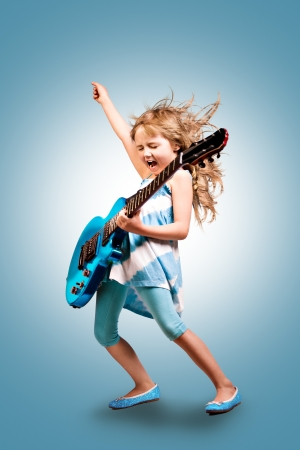 ni�os felices: retrato de la chica joven con una guitarra en el escenario Foto de archivo