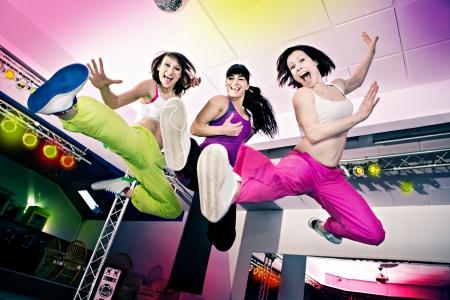 zumba: mujeres j�venes en traje de deporte en una aer�bica y zumba ejercicio Foto de archivo