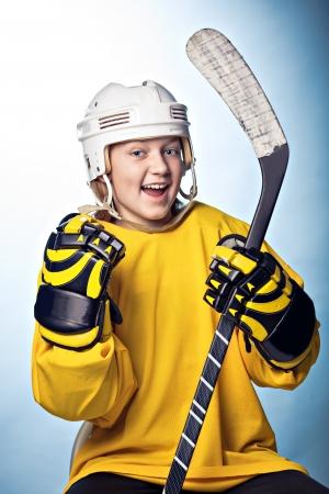 hockey sobre hielo: retrato de un jugador de hockey femenino adolescente
