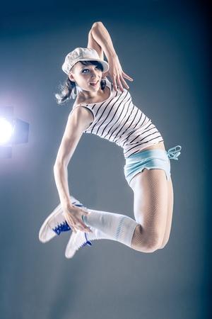 zumba: joven mujer en el deporte vestido de baile en zumba o reggaeton o el estilo de hiphop Foto de archivo