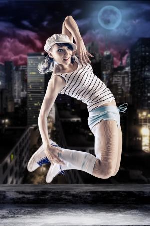 zumba: joven mujer en el deporte vestido de baile en zumba o reggaeton o el estilo hip-hop en el techo Foto de archivo