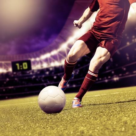 hombre disparando: dos jugadores de fútbol de equipo contrario en el campo Foto de archivo