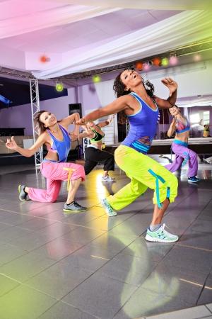 zumba: mujeres j?venes en traje de deporte en un ejercicio aer?bico y zumba