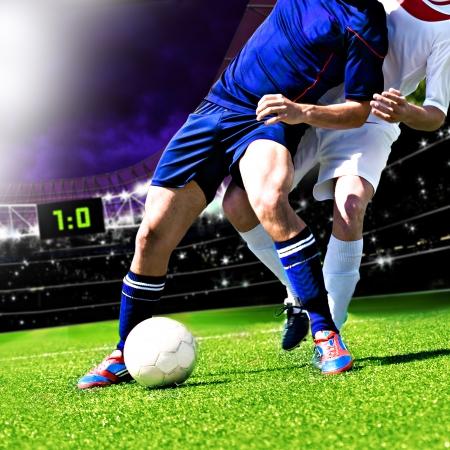 campeonato de futbol: dos jugadores de f?tbol de equipo contrario en el campo