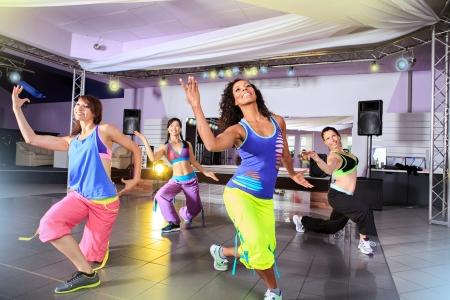 tanieć: mÅ'odych kobiet w stroju sportowym na aerobik i Zumba ćwiczenia Zdjęcie Seryjne