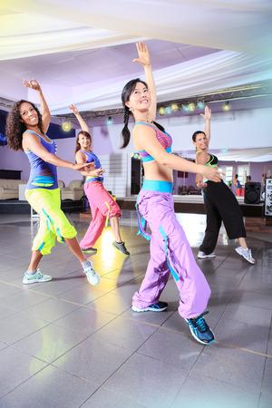 mujeres jóvenes en traje de deporte en un ejercicio aeróbico y zumba