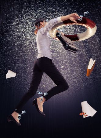 immagine simbolica di un lavoratore di ufficio annegamento con una cintura di salvataggio