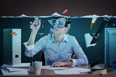 dolgozó: szimbolikus kép egy feszített női irodai dolgozó, és a munkahelyi stressz Stock fotó